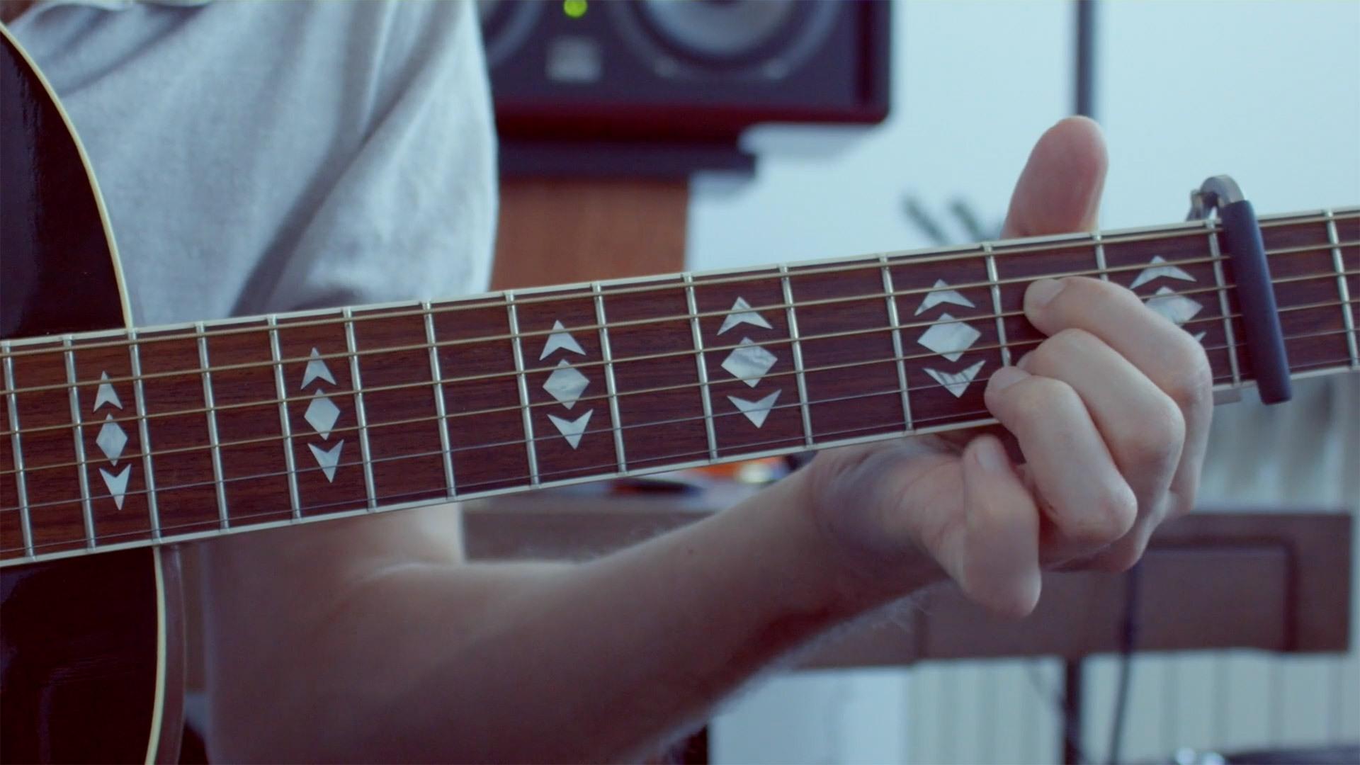 Louis-Jean Cormier montrant un accord à la guitare
